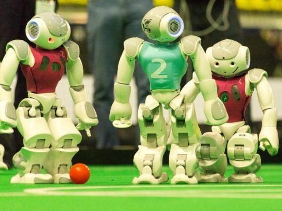 In der Standard Platform League treten beim RoboCup humanoide Roboter an, die während der Spiele autonom agieren (Bild: RoboCup2014.org).