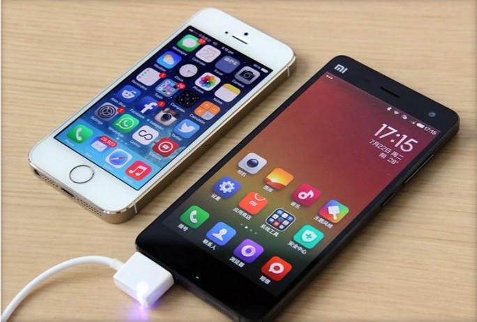 Xiaomi Mi 4 in Schwarz und iPhone 5S in Weiß (Bild: News.com)