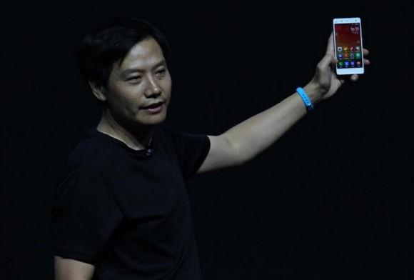Lei Jun von Xiaomi entsperrt mit dem Mi Band das Mi 4 (Bild: News.com).