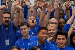 Apple-Mitarbeiter (Bild: Apple)