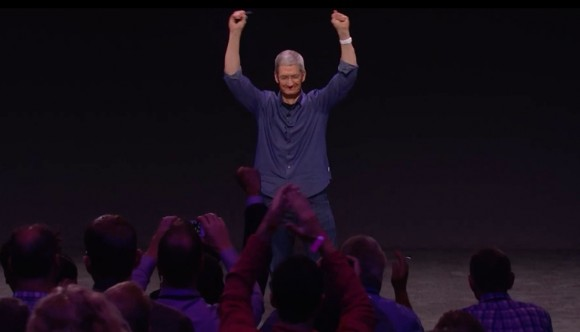 Tim-Cook-Arme-in-die-Hoehe
