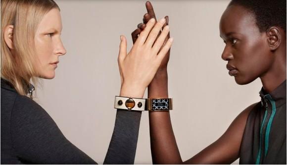 Die Modelle Kirsten Owen (links) und Ajak Deng zeigen das elektronische Armband MICA (Bild: Collier Schorr, via Intel)