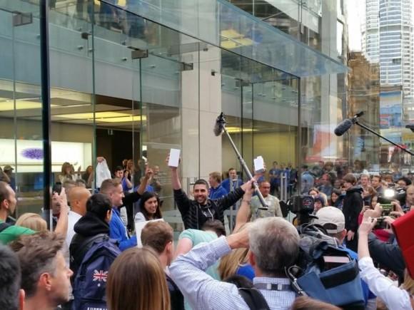 Einer der ersten Käufer reckt stolz sein neues iPhone 6 und iPhone 6 Plus in die Höhe (Bild: CNET.com).