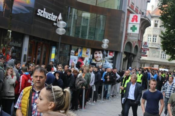 Auch vor dem Apple Store nahe des Münchener Marienplatzes bildete sich zum heutigen Verkaufsstart des iPhone 6 eine lange Warteschlange (Bild: Gizmodo.de).