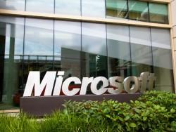 Microsoft-Schild vor Gebäude 99 des Redmond-Campus (Bild: Microsoft)