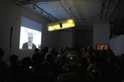"""Während eines Events in New York hat Julian Assange per Videoschaltung sein neues Buch """"When Google met Wikileaks"""" vorgestellt (Bild: CNET/CBS Interactive)."""