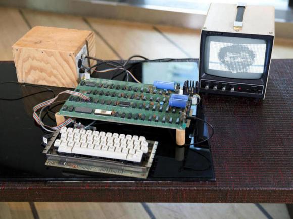 Dieser funktionsfähige Apple-1 wurde jetzt für die Rekordsumme von 712.991 Euro versteigert (Bild: Bonhams).