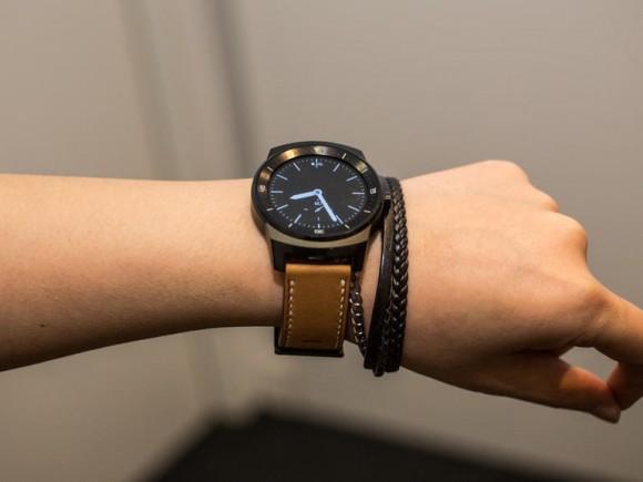 Die LG G Watch R mit rundem Display und Android Wear als OS kommt Anfang November für 269 Euro in den Handel (Bild: Andrew Hoyle/CNET).