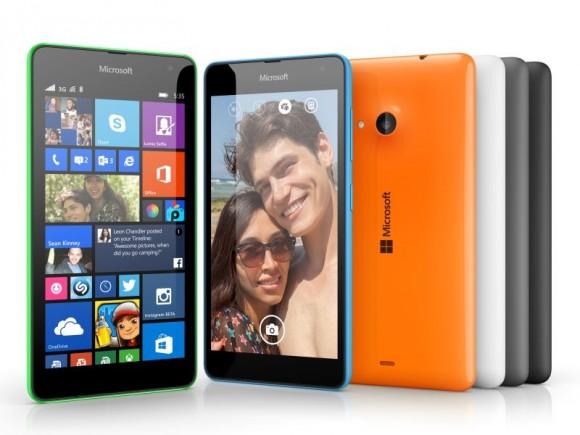 Auf Vorder- und Rückseite des Lumia 535 prangt der Microsoft-Schriftzug (Bild: Microsoft).