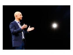 Jeff Bezos bei der Vorstellung des Amazon Fire Phone (Bild: News.com)