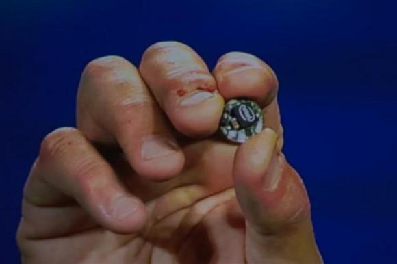 Intels nur knopfgroßer Computer Curie soll ab der zweiten Jahreshälfte in Wearables zum Einsatz kommen (Bild: James Martin/CNET).