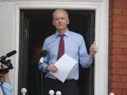 Julian Assange bei einer Rede auf dem Balkon der ecuadorianischen Botschaft in London im August 2012 (Bild: Charlie Osborne/ZDNet.com).