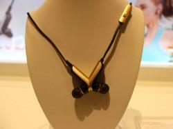 Bei Nichtgebrauch lässt sich das TalkBand N1 wie eine Kette um den Hals tragen (Bild: Huawei).