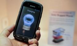 Smartphone mit integrierter Solarladefunktion (Bild: Kyocera)