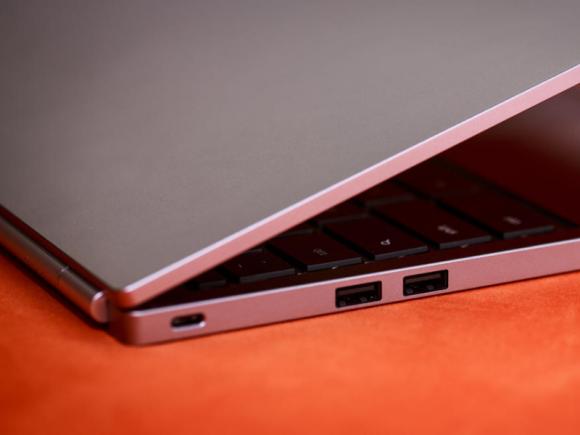 Neben zwei Standard-USB-Ports (rechts) bietet das neue High-End-Chromebook auch je einen USB-Typ-C-Anschluss auf der rechten und linken Seite (Bild: Josh Miller/CNET).
