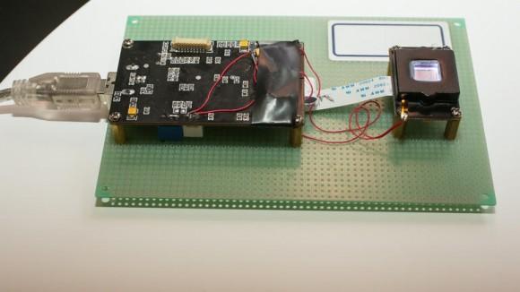 Auf dem Mobile World Congress in Barcelona hat Vkansee seinen optischen Fingerabdruckscanner präsentiert (Bild: Sarah Tew/CNET).