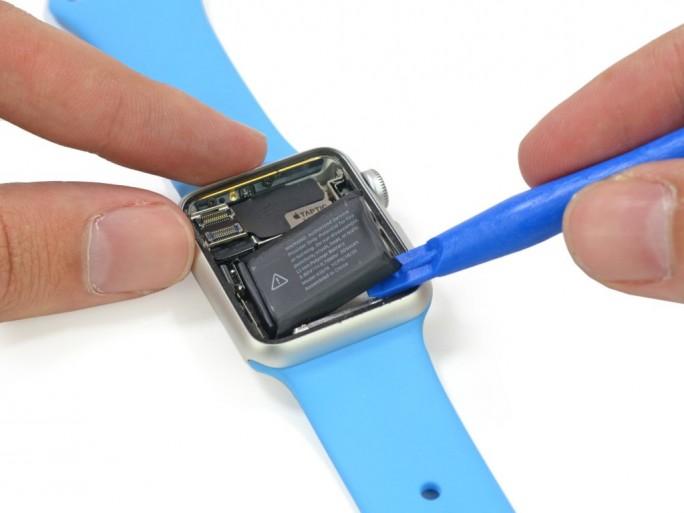 Die Batterie der Apple Watch ist leicht zu entfernen (Bild: iFixit).