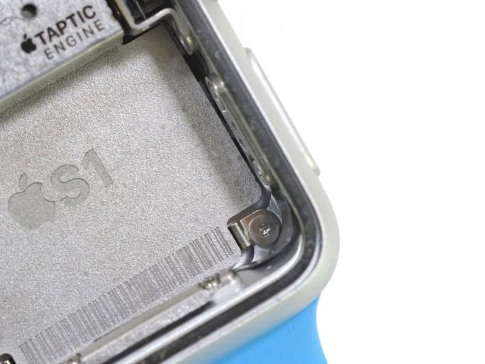 Das als S1 bezeichnete System-in-Package kann nicht zerstörungsfrei aus der Computeruhr gelöst werden (Bild: iFixit).