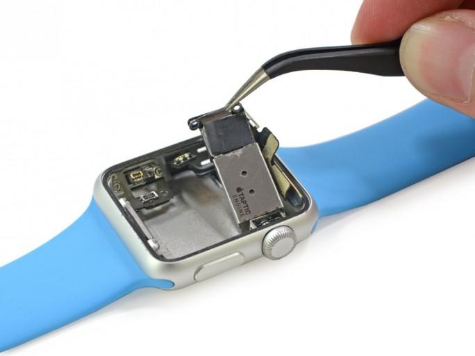 Die Taptic Engine soll für haptisches Feedback sorgen (Bild: iFixit).