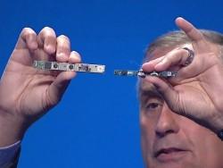 Intel-CEO Brian Krzanich mit RealSense-Kamera (Screenshot: ZDNet.de).