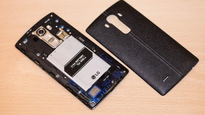 Der 3000-mAh-Akku lässt sich bei Bedarf austauschen (Bild: Gizmodo.de).
