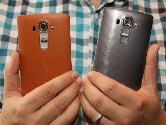 Das LG G4 gibt es wahlweise mit Kunststoff- oder Leder-Cover (Bild: Gizmodo.de).