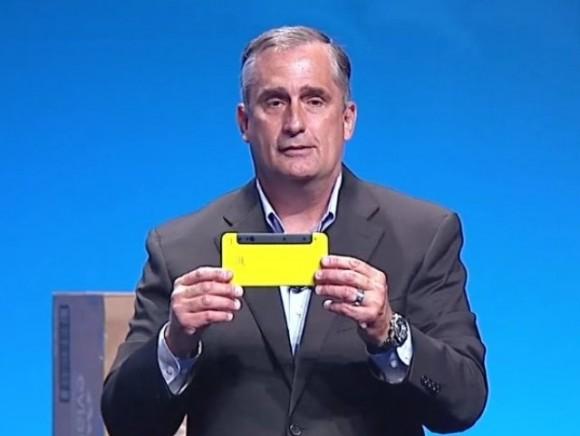 Intel-CEO Brian Krzanich zeigt ein Smartphone mit RealSense 3D (Screenshot: ZDNet.de).
