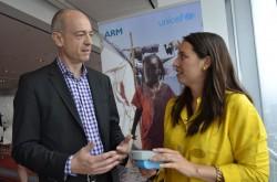 """ARM-CEO Simon Segars und Erica Kochi von Unicef mit """"sprechendem Buch"""" (Bild: News.com)."""