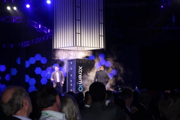 Guy Churchward und Jeremy Burton, beide EMC, präsentieren das kapazitätsverdoppelte All-Fhash-Array XtremIO (Bild: Ariane Rüdiger