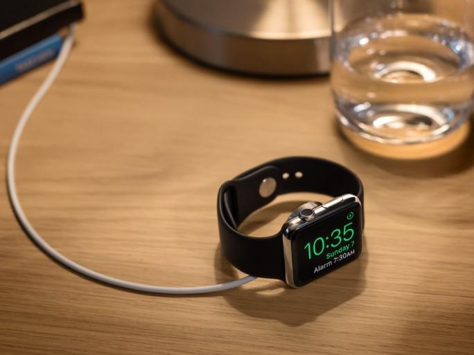 Wird die Apple Watch auf die Seite gelegt und aufgeladen, wechselt sie automatisch in den neuen Weckermodus (Bild: Apple).