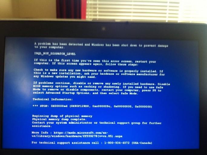 Der falsche Bluescreen täuscht einen kritischen Systemfehler vor und zeigt die Telefonnummer eines unseriösen technischen Supports an (Bild: Malwarebytes).