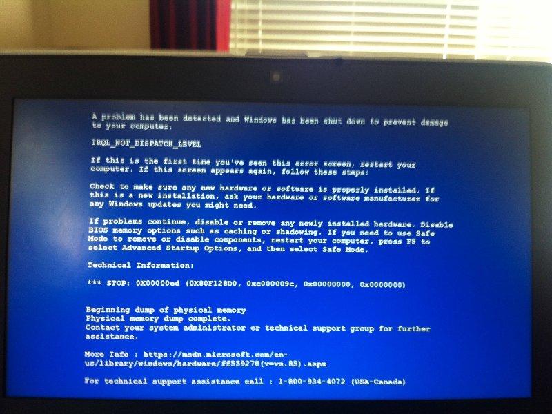 Der falsche Bluescreen täuscht einen kritischen Systemfehler vor und zeigt die Telefonnummer eines zweifelhaften technischen Supports an (Bild: Malwarebytes).