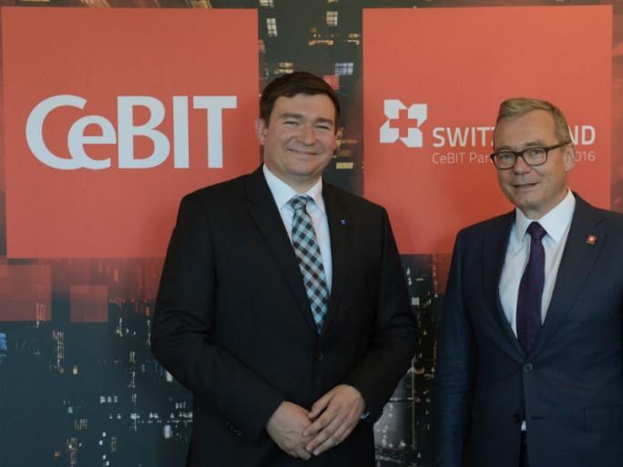 Marius Felzmann, CeBIT-Bereichsleiter der Deutschen Messe AG (links), und Ruedi Noser, Präsident von ICTswitzerland, anlässlich der Vertragsunterzeichnung zum CeBIT-Partnerland Schweiz 2016 (Bild: Deutsche Messe)