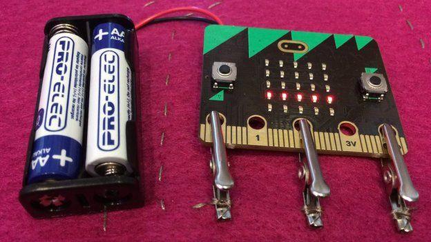 Mit zwei AA-Batterien lässt sich der Micro Bit auch unabhängig benutzen (Bild: BBC)