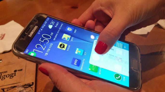 In Samsung Pay hinterlegte Kreditkarten lassen sich auch mit einer Wischgeste aufrufen - ohne dass die App gestartet werden muss (Bild: Cho Mu-hyun/ZDNet.com).