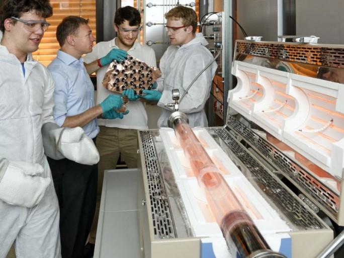 Professor Christoph Stampfer und seine Mitarbeiter vom II. Physikalischen Institut der RWTH Aachen an einem geöffneten CVD-Ofen. Dieser dient zum Wachsen von Graphen auf Kupferfolie bei 1000 Grad Celsius (Bild: RWTH Aachen).