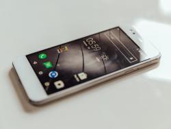 Das Design der ersten Gigaset-Smartphones orientiert sich an älteren iPhone-Modellen (Bild: CNET.com).