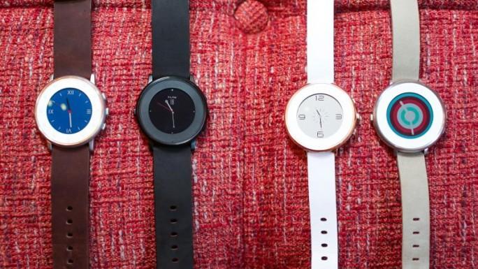 Die runde Pebble-Uhr wird es in zwei Armbandbreiten und den Gehäusefarben Schwarz, Silber oder Roségold geben (Bild: Sarah Tew/CNET).