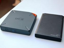 Die WLAN-Festplatten LaCie Fuel (links) und Segate Wireless Plus weisen eine Sicherheitslücke auf (Bild: Dong Ngo/CNET).