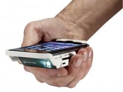 Der MobileCinema i60 wird wie eine Schutzhülle auf iPhone 6 oder 6S gesteckt (Bild: Aiptek).