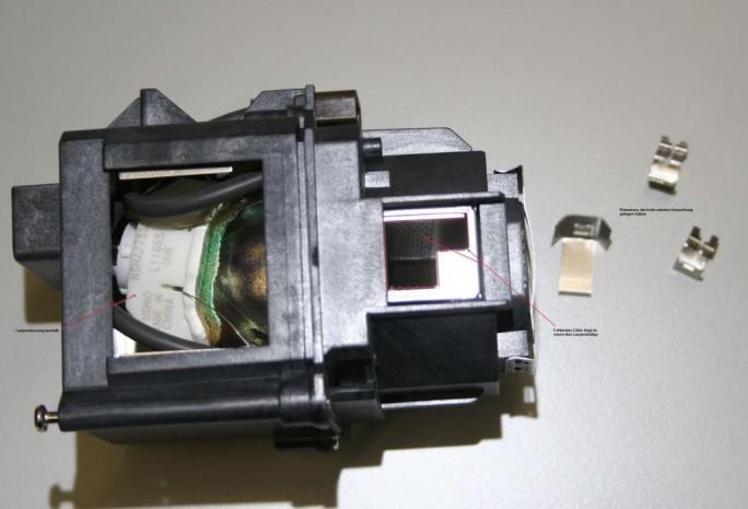 Schadensbild einer gefälschten Projektorlampe: Durch minderwertige Qualität kam es zu Überhitzung, wodurch die Lampe geschmolzen ist (Bild: Epson).