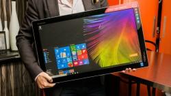 Der All-in-One-PC Yoga Home 900 lässt sich dank integriertem Akku auch als Riesentablet nutzen (Bild: Sarah Tew/CNET).