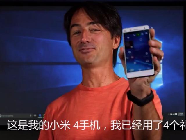 Microsoft-Manager Joe Belfiore präsentiert sein Xiaomi Mi 4 (Screenshot: ZDNet.de).