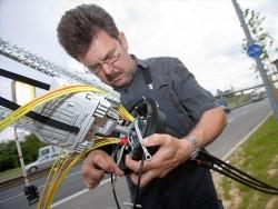 Telekom-Techniker beim Aufrüsten einer Leitung für Vectoring (Bild: Deutsche Telekom).