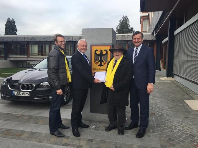 Wolfgang Kubicki (2. von links) und Hans-Ulrich Rülke (rechts) mit Parteikollegen vor dem Bundesverfassungsgericht in Karlsruhe (Bild: FDP Baden-Württemberg)