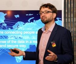 Ciscos Deutschland-Chef Oliver Tuszik bei der Erläuterung der Innovationsstrategie im kürzlich von Cisco eröffneten IoT-Forschungszentrum openBerlin (Bild: Cisco).