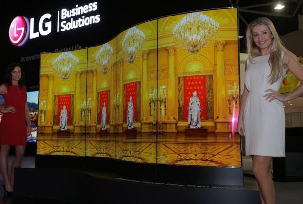 Wellenförmiges OLED-Signage-Display von LG (Bild: LG)
