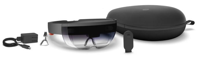 Zum Lieferumfang der HoloLens Development Edition gehört neben einer Tasche und einem Ladegerät auch ein Clicker genannter Bluetooth-Controller (Bild: Microsoft).