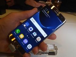Das Galaxy S7 Edge kommt wie gewohnt mit nach hinten gebogenem Bildschirm (Bild: Übergizmo).
