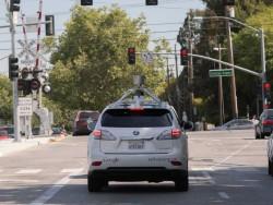 Selbstlenkendes Google-Fahrzeug im kalifornischen Mountain View (Bild: Google)